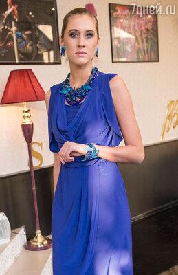 Основной гаммой для романтичных блуз, элегантных юбок-карандашей и платьев-футляров послужили синий, белый, «электрик» и серебристо-графитовый цвета