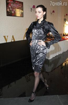 Линия одежды и аксессуаров состоит из 18 предметов женского гардероба, выдержанных в едином стиле