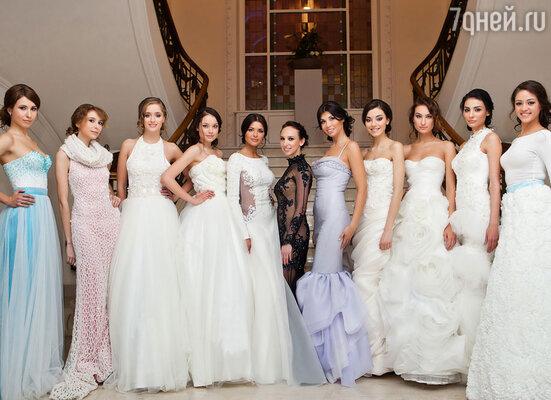 Белый, лавандовый, нежно-розовый и голубые цвета придали моделям свежести, а роскошная отделка стеклярусом, стразами и бисером продемонстрировали уникальность каждого платья.