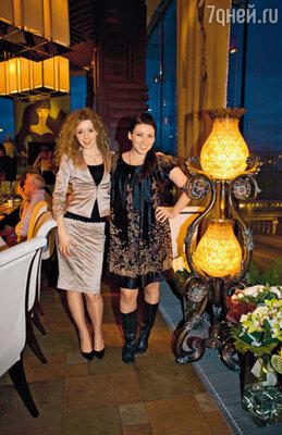 Подруги именинницы Юлианна Караулова и Ирина Дубцова