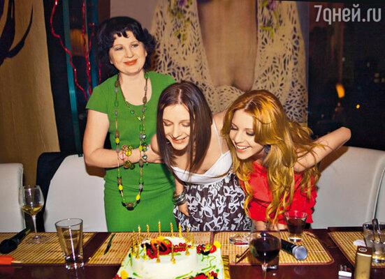 Сестры Подольские с мамой Ниной Антоновной