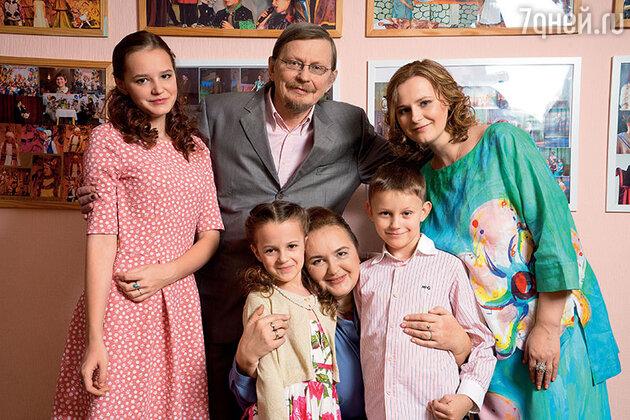 Елена Земляникина с мужем Александром Жарковым, дочерьми Аполлинарией и Марией и внуками Настей и Колей