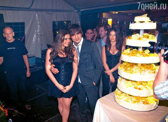 Дима Билан с дочерью юбиляра Викой у праздничного торта
