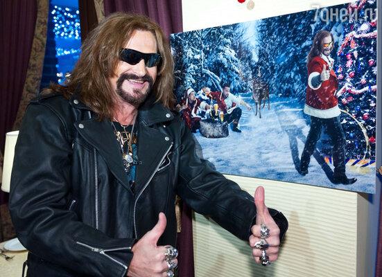 В каких только образах мы не видели эпатажного Никиту Джигурду, но вот писающим под елку в костюме Санта Клауса — еще нет!