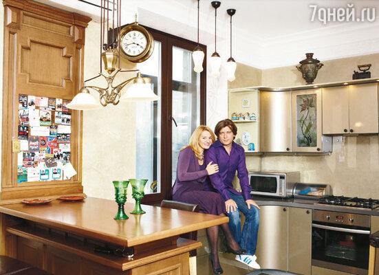 В квартире музыканта и его жены Аси все сделано на заказ: и деревянные панели, и барная стойка