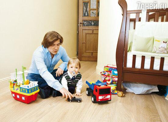 Лева с сыном Авивом в детской (одну из стен комнаты оставили непокрашенной, чтобы ребенок мог свободно рисовать на ней)