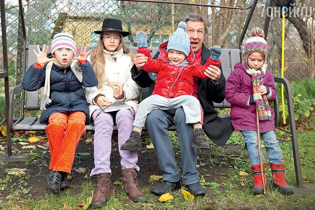 Михаил Ефремов с дочерьми Верой, Анной-Марией, Надеждой и сыном Борисом