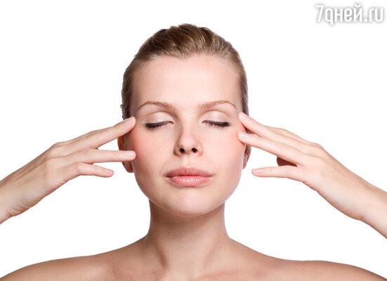 Масло жожоба называют растительным воском, который создает  защитный барьер на коже,  сохраняя её естественную влажность. Тем, кто страдает от «гусиных лапок», можно посоветовать наносить чистое масло жожоба под глаза