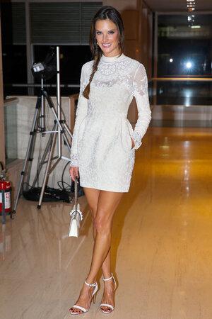 Алессандра Амбросио в платье и с сумочкой от Valentino