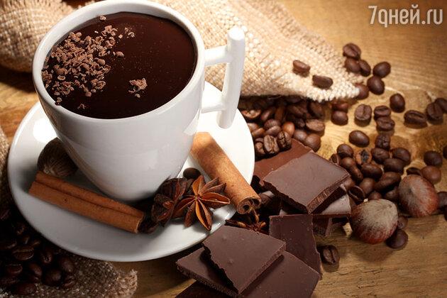 Со временем собранные какао-бобы начали обжаривать, толочь и готовить из порошка «напиток богов», получивший название «чоколатль»