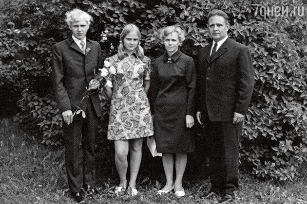 Анне Вески с родителями и братом Мати