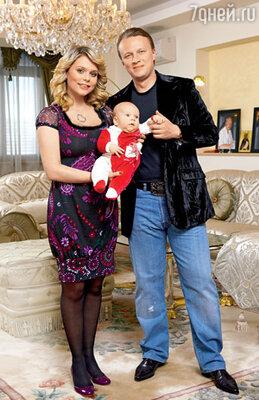 Ксения Новикова с мужем Андреем Середой и трехмесячным сыном Мироном