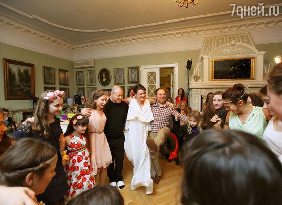 Сергей Селин с Андреем Федорцовым показали русскую версию греческого танца сиртаки