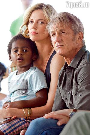 Шарлиз Терон с сыном Джексоном и Шоном Пенном в Лос-Анджелесе. 2015 г.