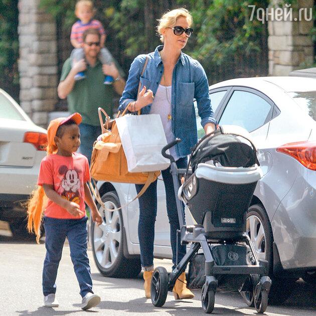 Шарлиз Терон с сыном Джексоном и дочерью Огаст на прогулке в Беверли-Хиллз. 2016 г.