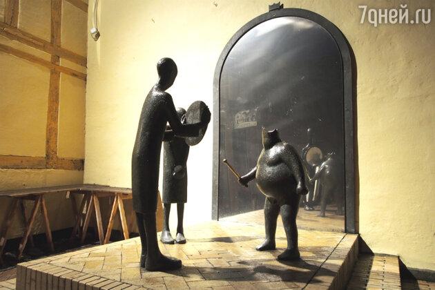 """Памятник по сказке """"Голый король"""" в Оденсе"""