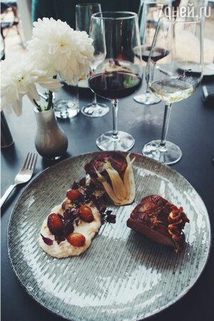 Мясо с гарниром из картофеля и глазированного лука в ресторане Filosoffens Cafe&Restaurant в Оденсе