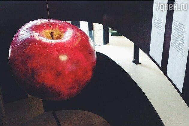 Гигантское яблоко в музее Оденсе