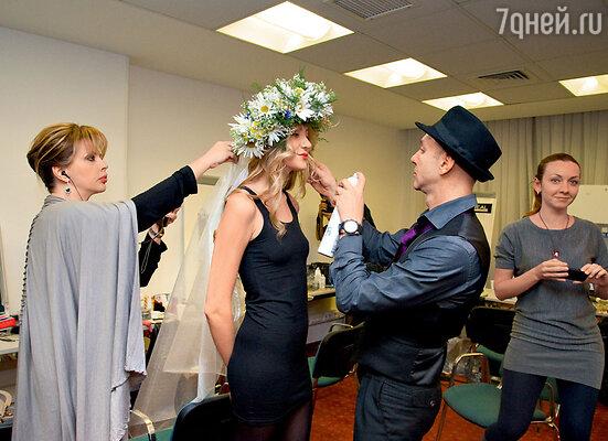 Екатерина Рождественская примеряет свадебный венок модели-невесте