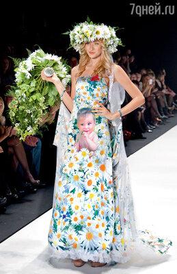 Выход невесты, допоследнего намеренно прикрывавшей фото младенца на платье огромным букетом, вызвал шквал аплодисментов