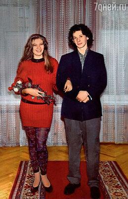 Свадьбу Ардова и Спиваковский сыграли в духе «лихих 90-х»: невеста была в красном свитере и цветных лосинах, а у жениха из-под пиджака выглядывала клетчатая рубаха. Кольцами обменивались под песню «TheBeatles». 1992 г.