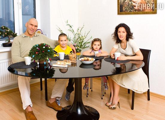 В новых 140-метровых апартаментах Валуевы живут меньше трех лет. А до этого семья ютилась в однушке. Коля и Галя с сыном Гришей и дочкой Ирой в гостиной