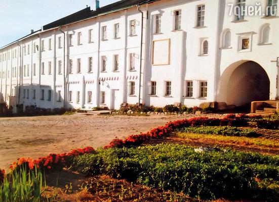 В этом здании Соловецкого монастыря теперь живет Сережа