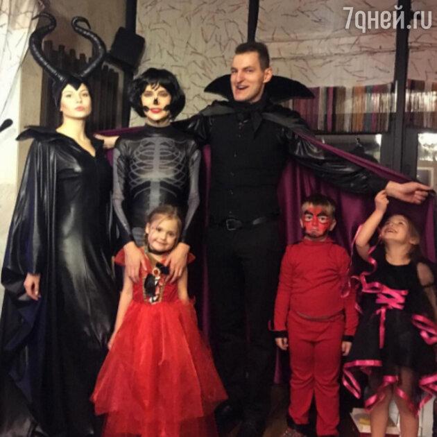 Наталья Ионова с дочкой и гостями вечеринки