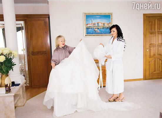 Собираться к венцу Анастасии помогала ее мама Валентина Борисовна. В ялтинской гостинице за два часа до выезда в храм