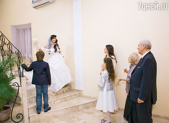 Первым невесту увидел ее сын Майки: «Вау, очуметь!» (На фото также подруга Насти Нана со своей дочкой Николь и мужем Виктором Родригесом и мама Заворотнюк Валентина Борисовна)