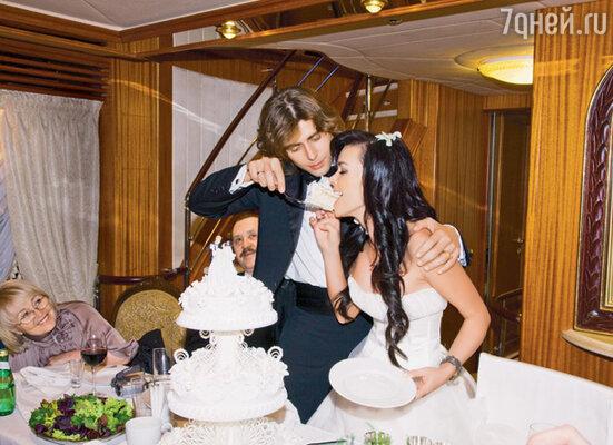Первый кусок свадебного торта попробовала невеста