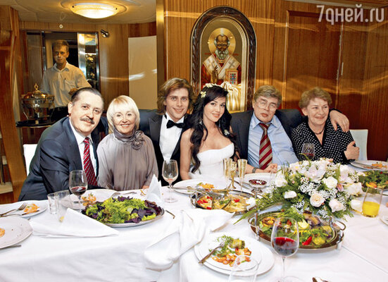 Молодожены с родителями: слева Юрий Андреевич и Валентина Борисовна, справа Андрей Петрович и Любовь Васильевна