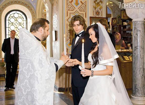Обряд венчания начинается с торжественного обручения жениха и невесты