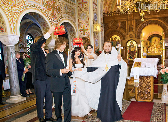 По православной традиции перед завершением обряда отец Евгений трижды обвел новобрачных вокруг аналоя