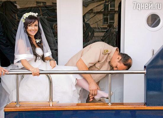 На яхте переобувал прекрасную невесту сам капитан судна