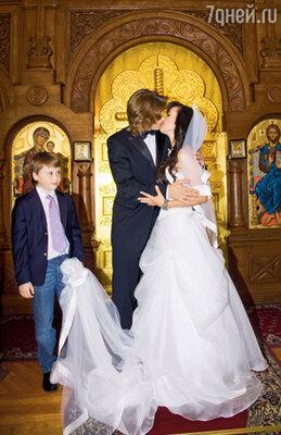 Первый поцелуй теперь уже законных, обвенчанных, супругов
