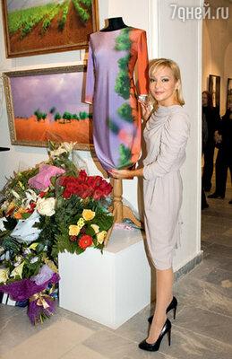 Татьяна Буланова разглядывает платье с авторским принтом Рождественской