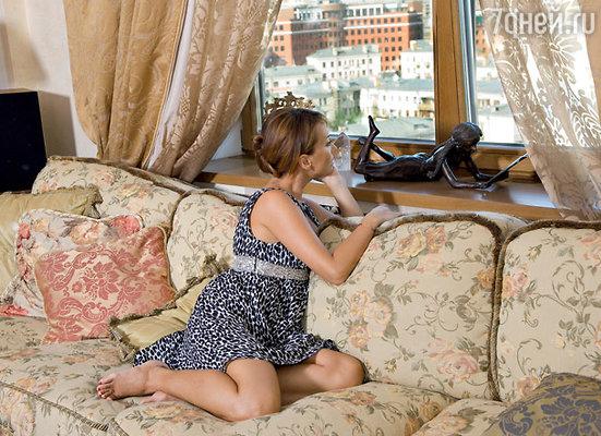 Окна Жанны Фриске открыты только в солнечные дни, а в пасмурные — плотно зашторены