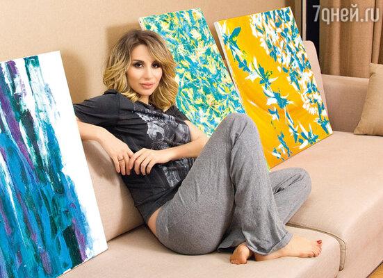 Светлана всегда мечтала рисовать, но начала брать уроки живописи только год назад. Теперь ее картины украшают квартиру
