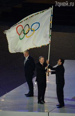 Мэр Рио-де-Жанейро Эдуарду Паэш, президент Международного олимпийского комитета (МОК) Жак Рогге и мэр Лондона Борис Джонсон (справа налево) во время передачи флага столице следующей Олимпиады