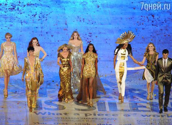 Британские топ-модели Лили Коул, Карэн Элсон, Стелла Теннант, Кейт Мосс, Наоми Кэмпбэлл, Алесандра Амброзио, Джордан Данн, Джорджи Мэй Джаггер, Дэвид Гэнди (слева направо)