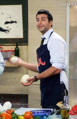«И не то чтобы я особенно умел готовить... но я поставил себе задачу побить рекорд Андрея Макаревича, который вел передачу «Смак» 13 лет»