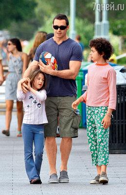 С дочкой Авой и сыном Оскаром. Нью-Йорк, июнь 2012 г.