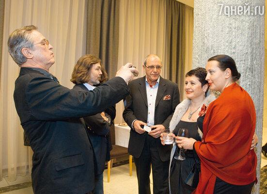 Ивар Калныньш сфотографировал на память свою жену Лауру с Ириной Виторган, сам Эммануил Гедионович наблюдал за съемкой со стороны