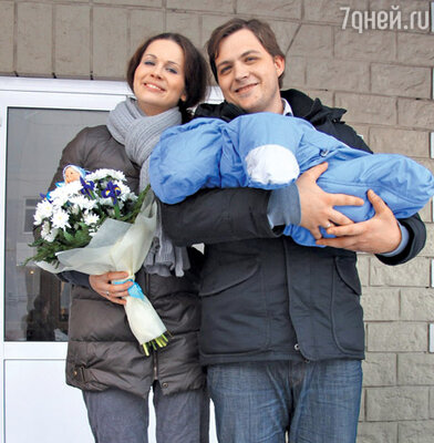 Наталия Лесниковская с мужем Иваном и сыном Егором на ступеньках роддома