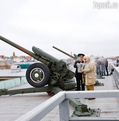 Олегу Табакову вручают памятную гильзу