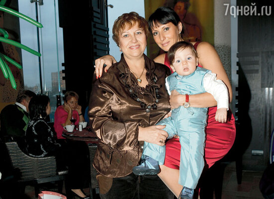 Алика Смехова с младшим сыном Макаром и мамой Аллой Александровной