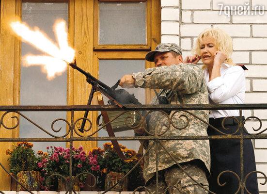 Инструктор учит Ирину Розанову управляться с пулеметом