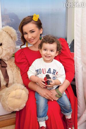 Анфиса Чехова с сыном Соломоном в своей московской квартире