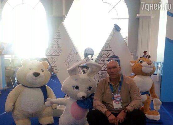 Николай Валуев в окружении игрушечных символов Олимпиады